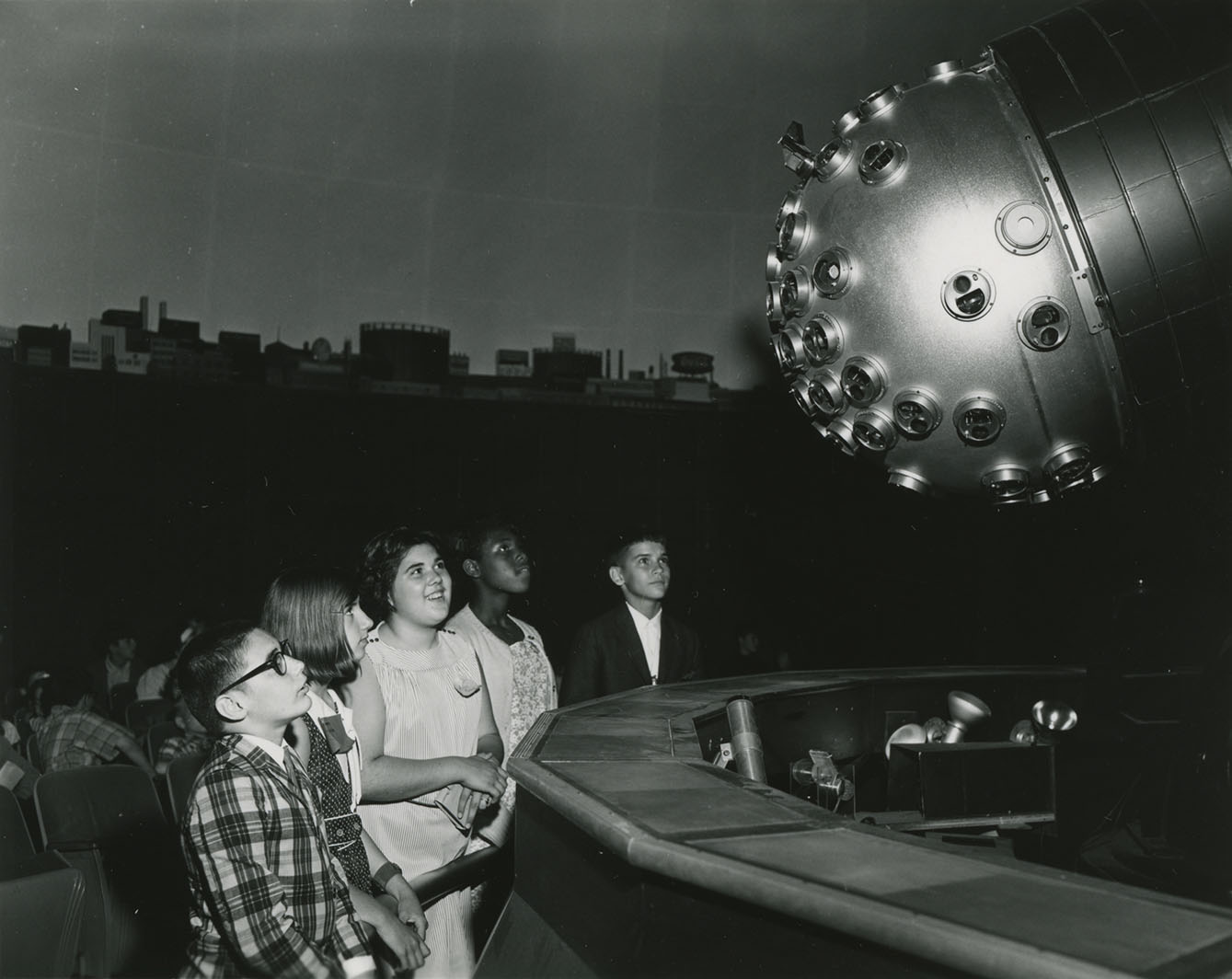 Children looking up at the custom Charles Hayden Planetarium Korkosz projector.